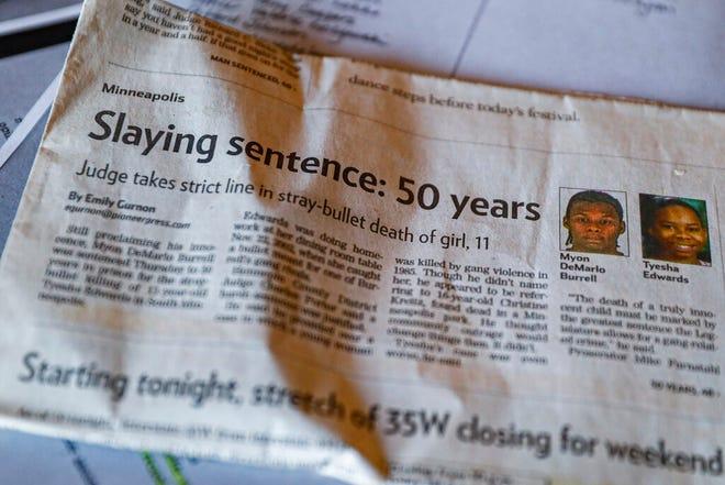 Dalam file foto 25 Oktober 2019 ini, Ianna Burrell menampilkan kliping surat kabar yang mengikuti sidang pembunuhan kakaknya, Myon Burrell, di rumahnya di Shakopee, Minn.