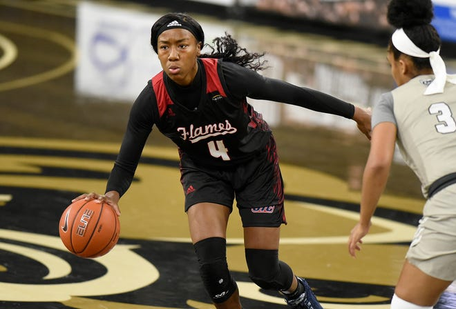 Peoria native Jaida McCloud of Illinois-Chicago maneuvers with the basketball during a game last week against Oakland (Mich.).
