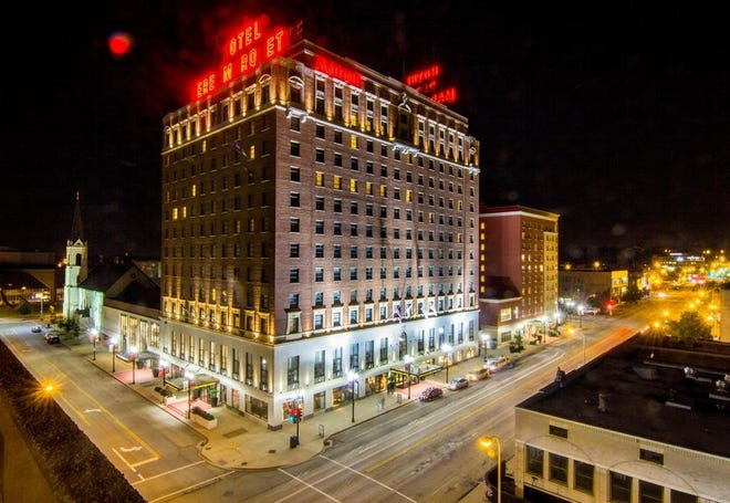 The Marriott Pere Marquette in Downtown Peoria is to undergo a renovation under its new management company, it was announced Wednesday.
