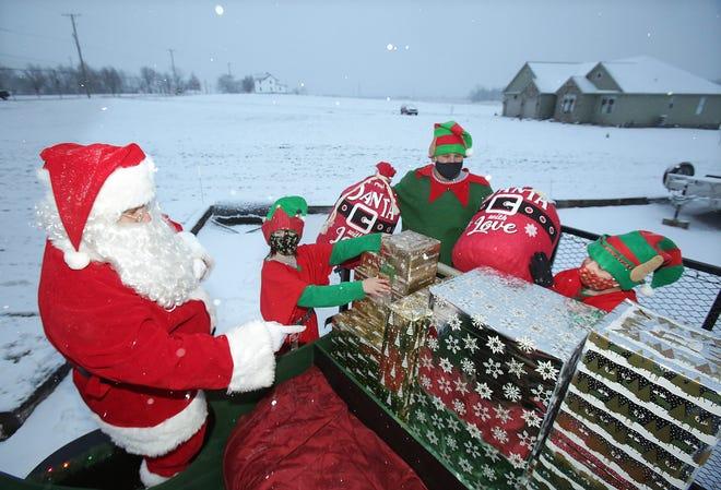 Santa directs his elves Jingle (aka Landrie Borojevich), Master Tinkerer (Scott Borojevich) and Jangle (Adaline Borojevich.)