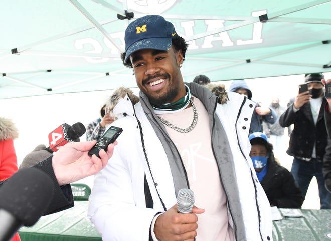 Donovan Edwards memberikan wawancara setelah mengumumkan pilihan kuliahnya di Michigan.