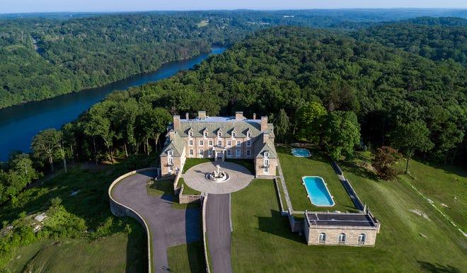 Properti Seven Springs seluas 230 acre terletak di Westchester, New York, dan diakuisisi oleh Trump Organization pada tahun 1996.