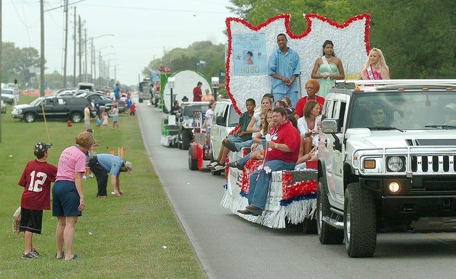El desfile del Old Spanish Trail Festival se realiza a lo largo de una carretera secundaria en Crestview en 2006.