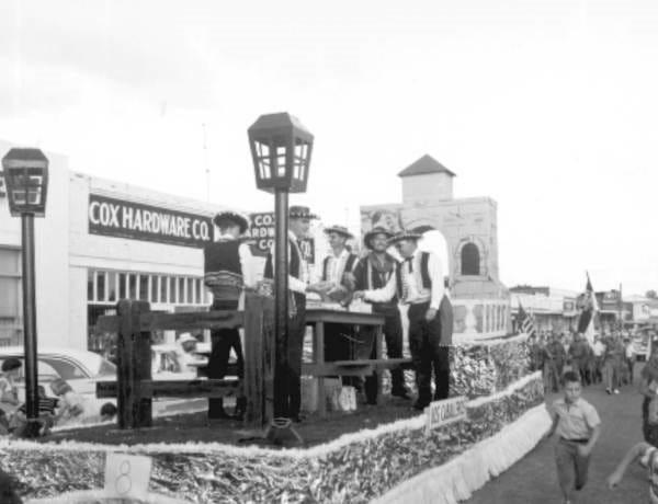 Los Caballeros flotan en el Desfile del Festival Old Spanish Trail de Crestview en 1959 con un personaje español.