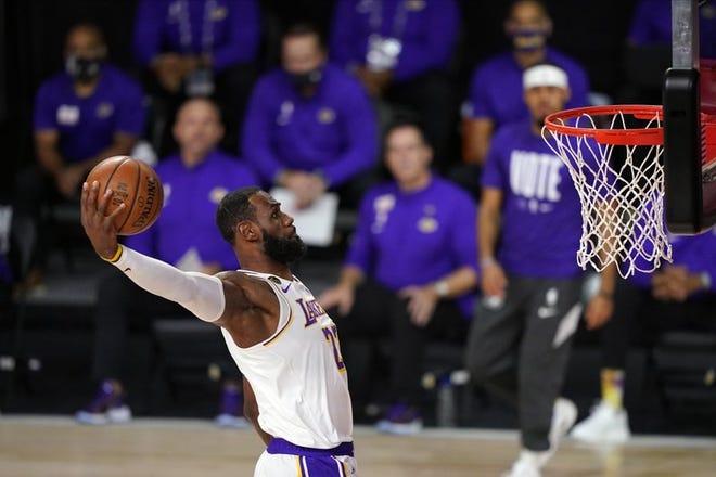 En esta foto del 11 de octubre de 2020, LeBron James completa la volcada ante el Heat de Miami en el sexto partido de las finales de la NBA.