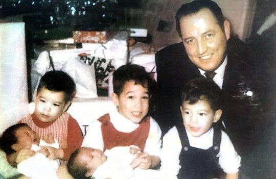 Bayi kembar Shelly dan Sheryl Lee (Sheryl tidak tahu siapa yang mana) dengan saudara laki-laki Norman, Christopher