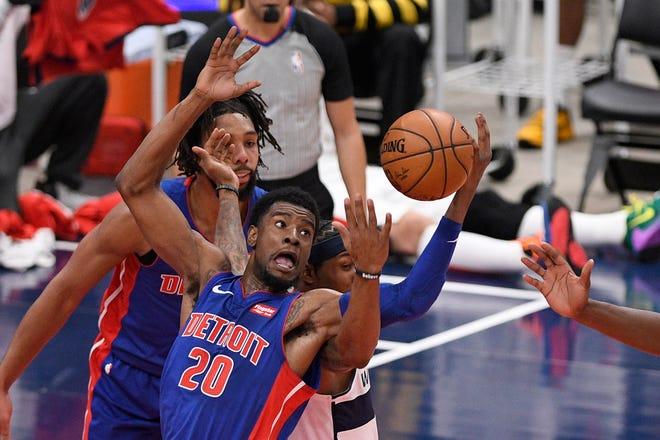 Guard Detroit Pistons Josh Jackson (20) berebut bola melawan guard Washington Wizards Bradley Beal (3), bek tengah, pada paruh pertama pertandingan basket NBA pramusim, Kamis, 17 Desember 2020, di Washington. Beal dipanggil karena melakukan pelanggaran dalam permainan itu.