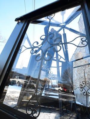 Solusi AptumBuild yang berbasis di Detroit dan struktur makan luar ruangan berbentuk lentera yang tahan segala cuaca, dengan pemilik dan perancang Bill Schofield, di luar fasilitas manufaktur, Disenos Ornamental Ironwork di Detroit, Michigan pada 18 Desember 2020.