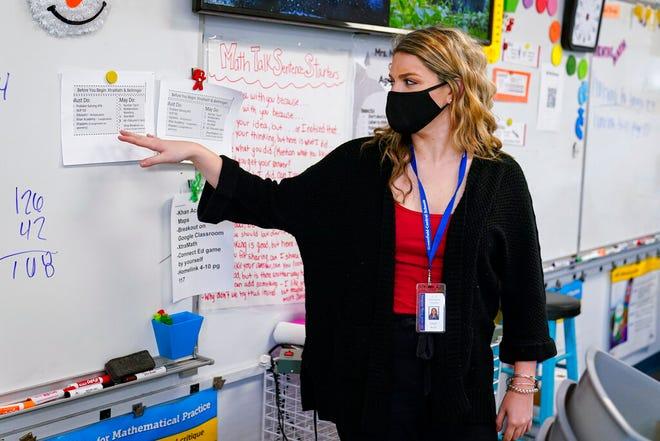 Grace Kern, guru pengganti di Greenfield Intermediate School di Greenfield, Ind., Ditunjukkan Kamis, 10 Desember 2020. Kern, seorang siswa di IUPUI di Indianapolis, adalah salah satu dari beberapa mahasiswa yang direkrut untuk bekerja sebagai guru pengganti di sekolah selama pandemi.
