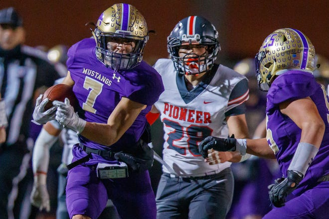 Marble Falls running back Roberto Adame gets loose for a touchdown run during the second quarter of Friday's playoff loss.
