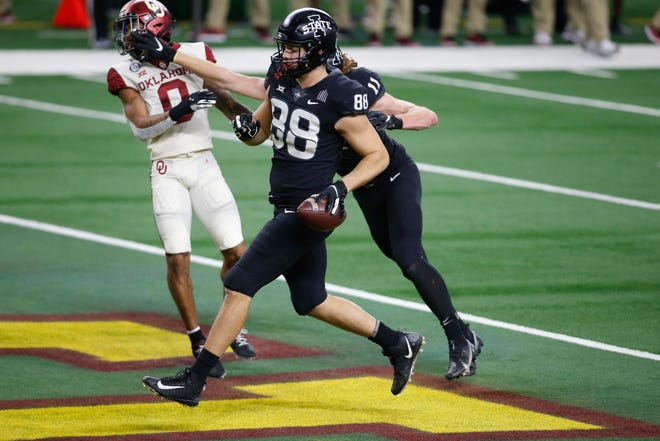 Iowa State tight end Charlie Kolar scores a touchdown against Oklahoma during the 2020 Big 12 championship game at AT&T Stadium.