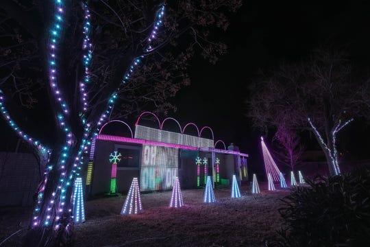 La casa de Steve Misquez en 1755 E Griggs Ave en Las Cruces está cubierta de luces navideñas el viernes 18 de diciembre de 2020.