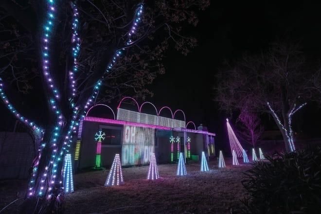 La residencia de Steve Misquez en 1755 e Griggs Ave. en Los Cruces está cubierta de luces navideñas el viernes 18 de diciembre de 2020.