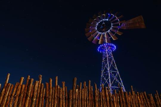 El molino de viento en el Museo de la Granja y el Rancho en Las Cruces enciende las luces navideñas el viernes 18 de diciembre de 2020.