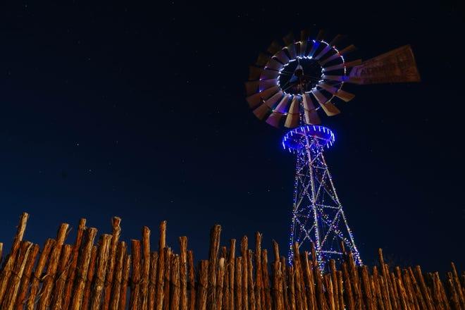 El Windmill 2020 en el Museo de la Granja y el Rancho en Los Cruises se ilumina para las vacaciones el viernes 18 de diciembre.