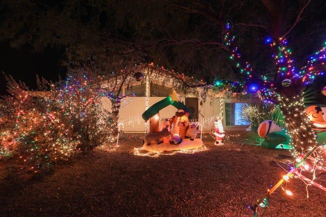 La casa de la familia Hyatt en la esquina de Desert Drive y Mariposa Drive en Los Cruces está cubierta de luces navideñas el viernes 18 de diciembre de 2020.