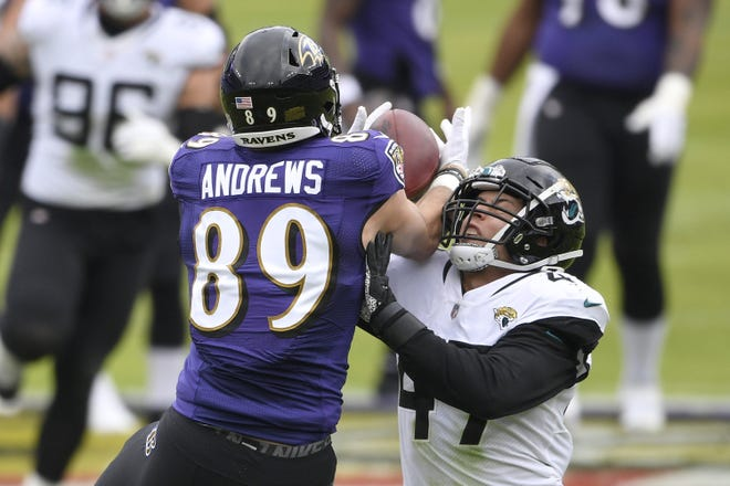 Ravens tight end Mark Andrews (89) makes a catch against Jaguars linebacker Joe Schobert (47) during the first half.