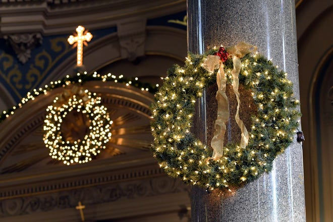 Karangan bunga liburan digantung di dekat altar depan Gereja Katolik Old St. Mary