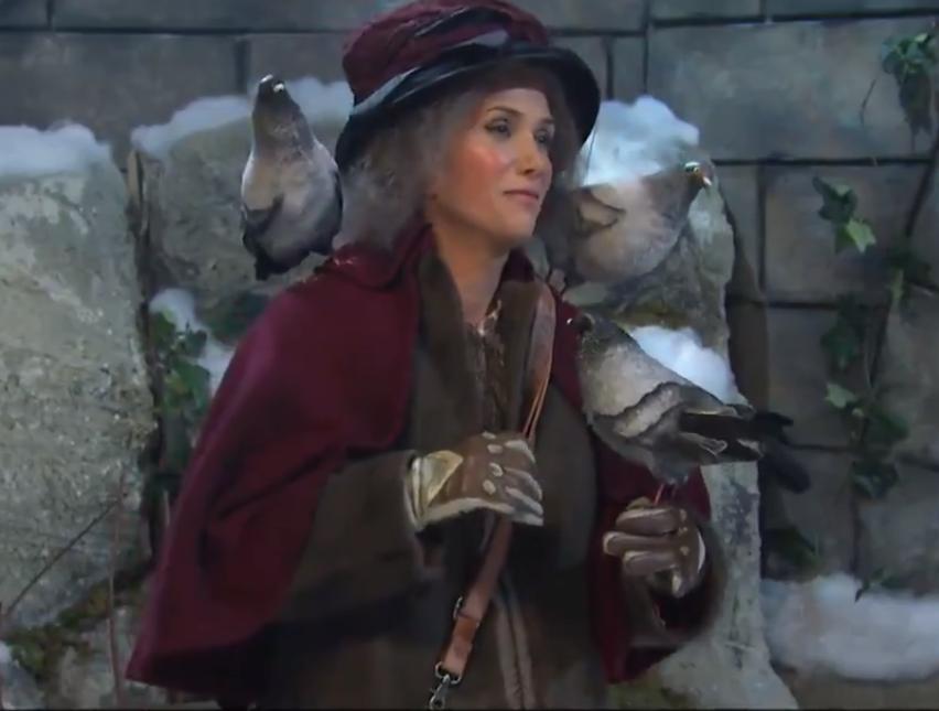 SNL : Kristen Wiig murders as  Home Alone 2  Pigeon Lady; Colin Jost makes Scarlett Johansson joke