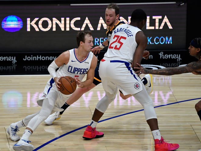 Clippers guard  Luke Kennard drives around a pick during a preseason game vs. the Utah Jazz at Staples Center, Dec. 17, 2020.