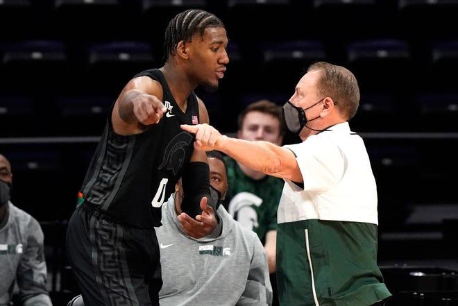 Pelatih kepala Michigan State Tom Izzo, kanan, menunjuk saat ia berbicara dengan penyerang Aaron Henry selama paruh kedua kekalahan Minggu malam di Northwestern.
