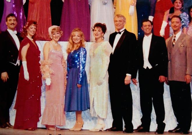 """Pemeran teater komunitas Stagecrafters """"42nd Street"""" pada tahun 1995. Sharon Santoni berpakaian putih."""