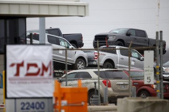 Os Ford F-150s estão estacionados na TDM, Troy Design Manufacturing Co. na segunda-feira, 21 de dezembro de 2020 em Flat Rock.  A montadora está realizando verificações finais de qualidade em milhares de picapes F-150 de produção inicial estocadas em lotes ao redor do Metro Airport, enquanto os revendedores clamam por entregas do caminhão mais vendido da América.
