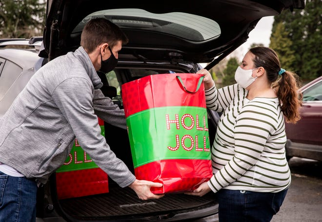 Willamalane's Kenny Weigandt helps Jodie Delsere unload Giving Tree donations. The Giving Tree has had its best year to date, receiving 196 gifts valued at $4,950 and another $800 in donations to the Willamalane Park Foundation.