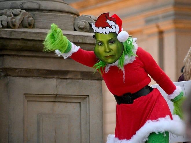 'The Gretch' memimpin drama komedi di tangga gedung Michigan State Capitol saat para demonstran mengambil bagian dalam acara bertajuk'When the Gretch stole Christmas, the People take it back' pada hari Rabu, 23 Desember 2020.