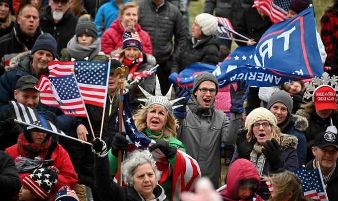 Demonstran mengambil bagian dalam acara yang disebut'Ketika Gretch mencuri Natal, Rakyat mengambilnya kembali' di halaman Gedung Kongres Michigan pada hari Rabu, 23 Desember 2020. Pada dasarnya itu adalah perayaan Natal yang bertentangan dengan COVID Gubernur Gretchen Whitmer -19 Pembatasan.
