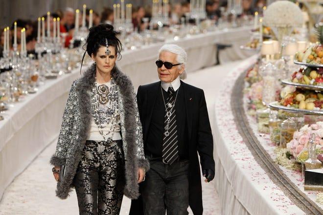 Dalam file foto Selasa 6 Desember 2011 ini, perancang busana Jerman Karl Lagerfeld dengan model Inggris Stella Tennant, kiri, mengakui tepuk tangan di akhir presentasi koleksinya Paris-Bombay untuk Chanel, yang dipresentasikan di Grand Palais di Paris.