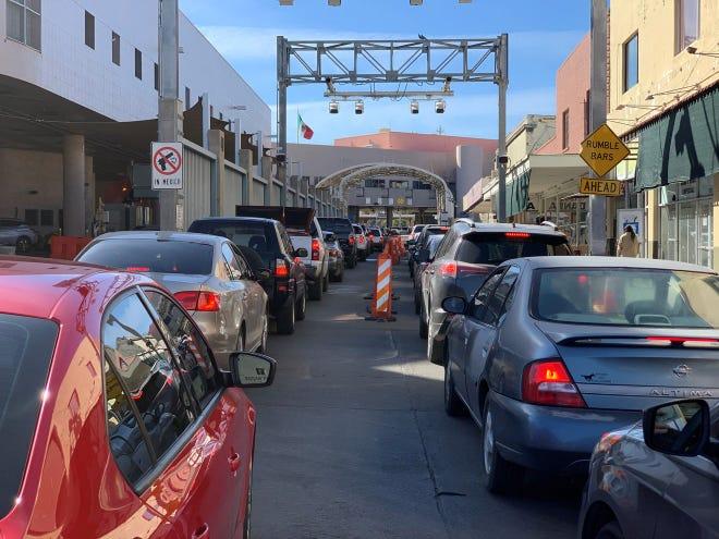 Líneas de automóviles con destino a México esperan la oportunidad de cruzar la frontera entre Estados Unidos y México en el puerto de entrada de DeConcini en las ciudades fronterizas de Nogales el 17 de diciembre de 2020