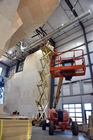 Kru bekerja untuk menyelesaikan dinding di dalam area panjat tebing Contact. Setelah selesai, dinding panjat tebing akan menjadi setinggi 52 kaki.
