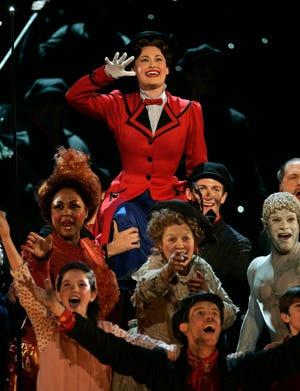 """Rebecca Luker, latar belakang, memimpin penampilan lagu-lagu dari """"Mary Poppins"""" di Penghargaan Tony Tahunan ke-61 di New York pada 10 Juni 2007."""
