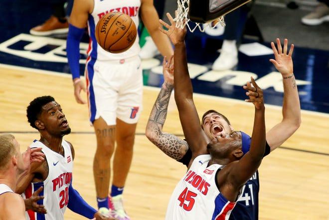 Penyerang Detroit Pistons, Sekou Doumbouya (45) dan penyerang Minnesota Timberwolves Juancho Hernangomez (41) bersaing untuk mendapatkan rebound, sementara guard Detroit Pistons Josh Jackson (20) mengawasi selama kuarter kedua.