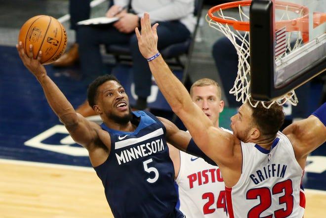 Guard Minnesota Timberwolves Malik Beasley (5) menembak di samping penyerang Detroit Pistons Blake Griffin (23) selama kuarter kedua.
