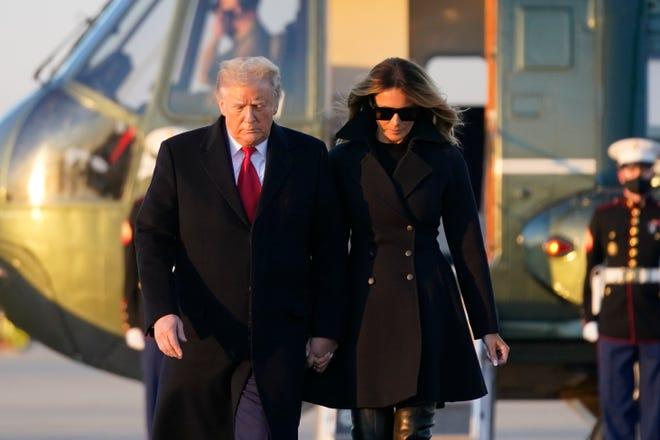 Le président Donald Trump et la première dame Melania Trump montent à bord d'Air Force One à Andrews Air Force Base dans le Maryland le 23 décembre 2020.