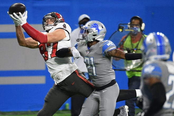 Buccaneers tight end Rob Gronkowski catches a pass for a touchdown against Lions defensive back Tracy Walker (21) during the first quarter.