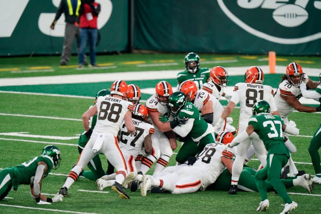 Browns running back Kareem Hunt (27) recovers a fumble by quarterback Baker Mayfield late in the Browns' 23-16 loss to the New York Jets on Sunday. The ruling on the field resulted in a turnover on downs ending the drive and securing the win for the Jets. [Corey Sipkin/Associated Press]