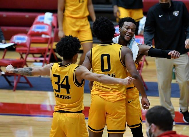 Jalen Moore dari Oakland (34), Zion Young (0) dan Kevin Kangu (15) bereaksi di babak kedua. OU menang 83-80 atas Detroit Mercy, menandai ketujuh berturut-turut Golden Grizzlies di Calihan Hall.