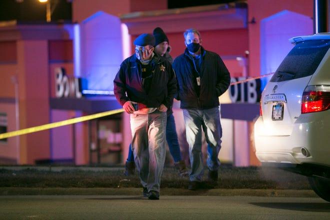 Kepala Polisi Rockford Dan O'Shea, kiri, berjalan ke area pementasan media di lokasi penembakan di arena bowling Sabtu, 26 Desember 2020, di Rockford, Illinois. (Scott P. Yates / Rockford Register Star via AP )