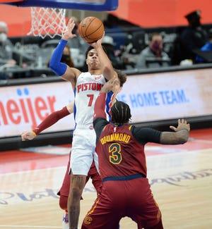 Pistons'Killian Hayes' menembakkan Andre Drummond Cavs di kuarter pertama.
