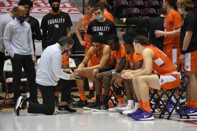 Todd Lickliter talks to the Aces during a timeout at Southern Illinois on Sunday.