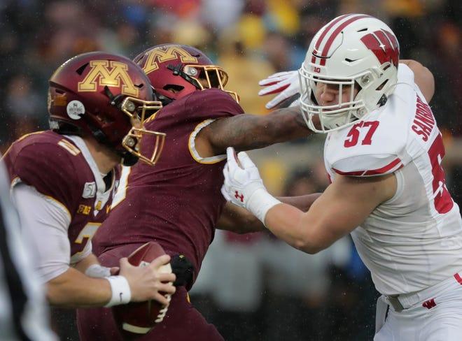 Wisconsin linebacker Jack Sanborn pursues Minnesota quarterback Tanner Morgan.