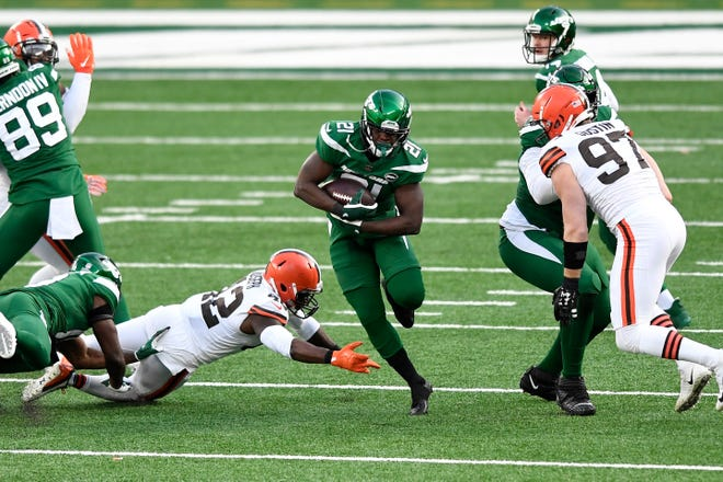 Jets running back Frank Gore runs against the Browns last Sunday when he reached the 16,000-yard rushing mark before leaving the game with a lung contusion that will keep him out of the season finale.