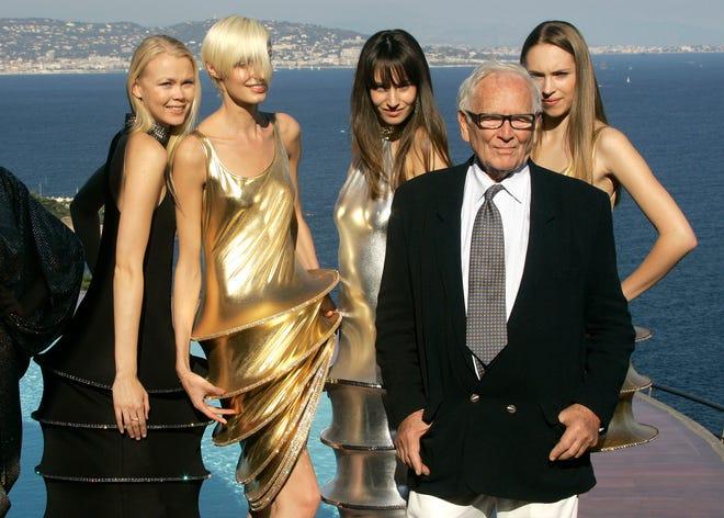 Dalam file foto 6 Oktober 2008 ini, perancang busana Prancis Pierre Cardin berdiri bersama para model yang mengenakan kreasinya di vilanya di Theoule sur Mer, Prancis selatan.