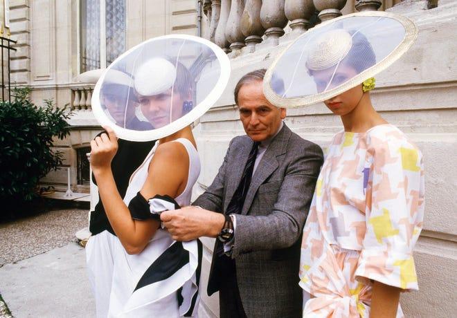 Dalam file foto 24 September 1984 ini, couturier Paris Pierre Cardin dan para model yang mengenakan ansambel dari pose koleksi Cardin siap pakai musim panas 1985 di Paris.