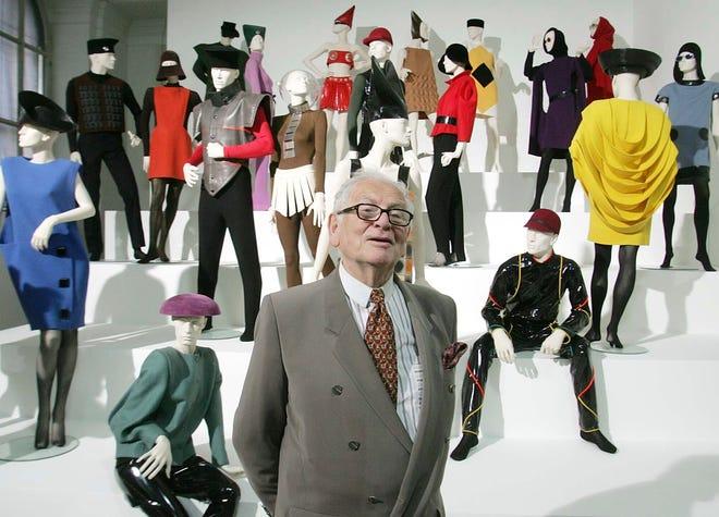 """Dalam file foto 3 Mei 2005 ini, perancang busana Prancis Pierre Cardin menampilkan pamerannya """"Desain dan Fashion 1950-2005"""" di akademi seni di Wina, Austria."""