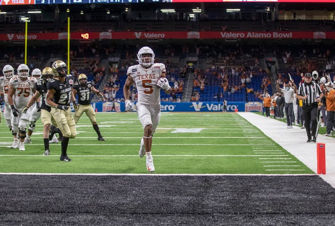 Texas freshman running back Bijan Robinson scored three total touchdowns in Tuesday's 55-23 Alamo Bowl win over Colorado. He finished with 10 carries for 183 yards.