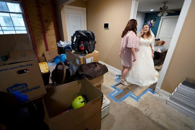 Nicole Caswell berbicara dengan putrinya Emily Pascale sebelum pernikahannya.